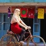 دانشجوی زن دوچرخه سوار - هندوستان
