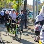 دوچرخه سواری دانشجویان مسلمان و با حجاب در اندونزی