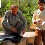 توزیع دستکش و کیسه های زباله توسط پرسنل محیط زیست