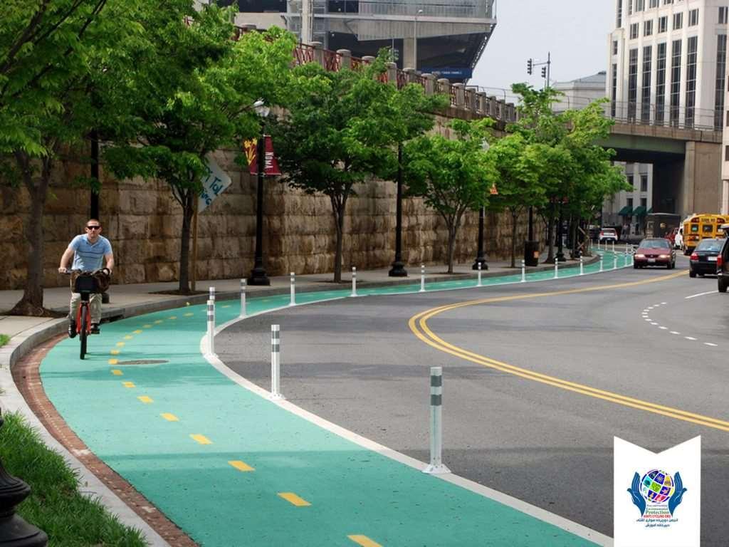 لاین دوچرخه سواری در کنار معابر پیاده و خیابان با رنگ فسفوری سبز رنگ